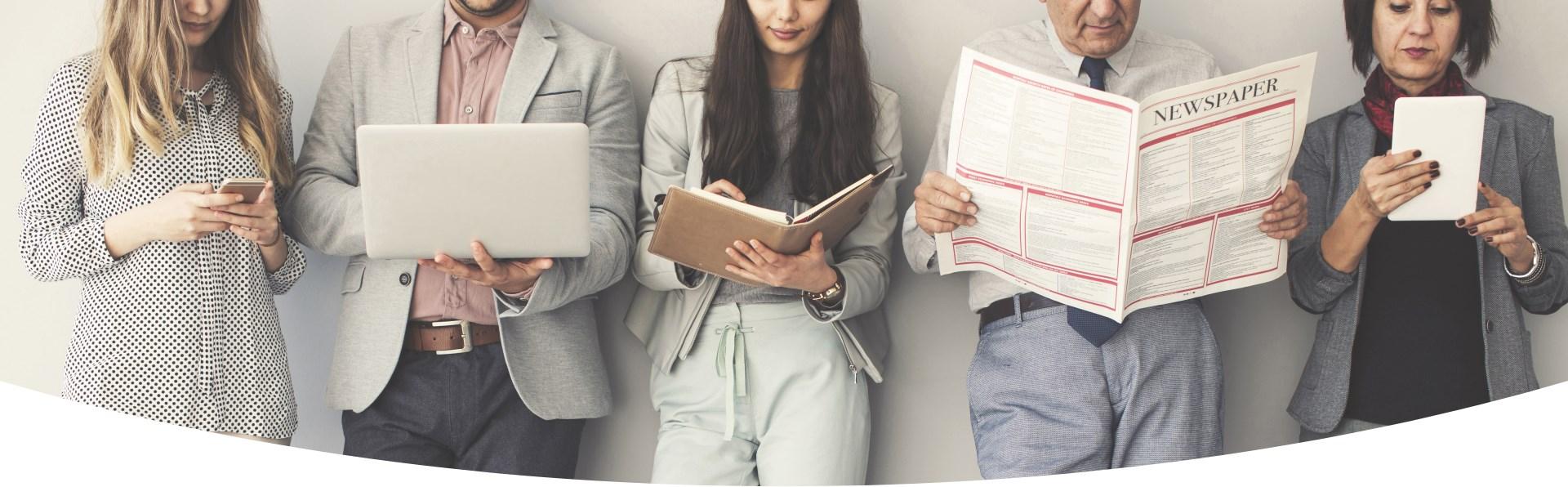 5 Menschen stehend mit Handy, Laptop, Notizbuch, Zeitung und Tablet in der Hand
