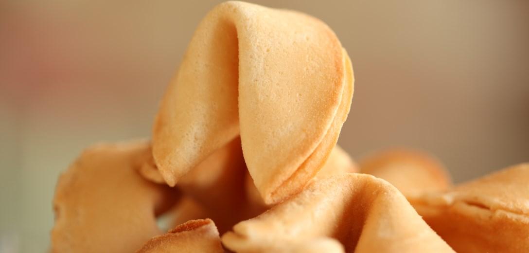 Biscotto della fortuna frescho, delizioso, marrone dorato.