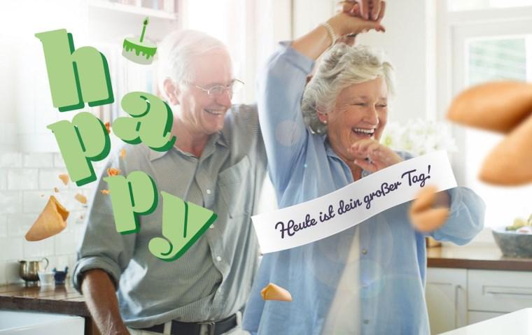 """Schriftzug """"happy"""" in grün, tanzendes älteres Paar, Glückskeksspruch """"Heute ist dein großer Tag!"""""""