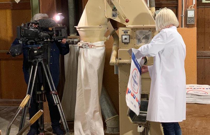 Viktoria Brauch füllt Mehl für Glückskekse ab mit Kameramann von ARD-Buffet.