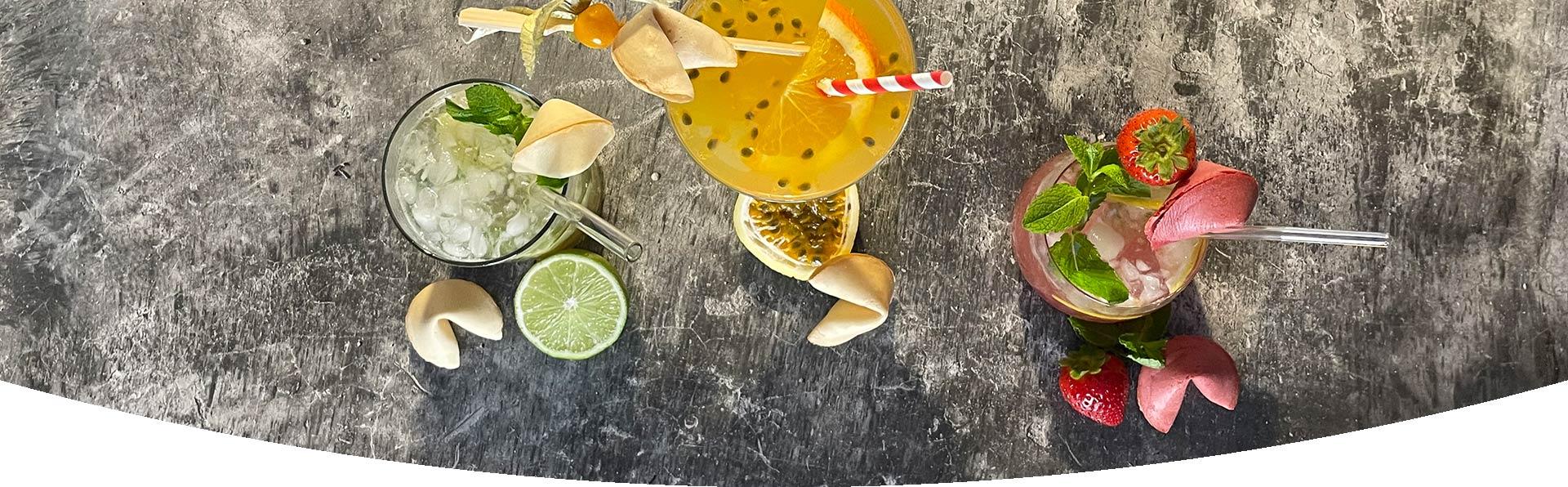 Cocktails mit fruchtigen Glückskeksen